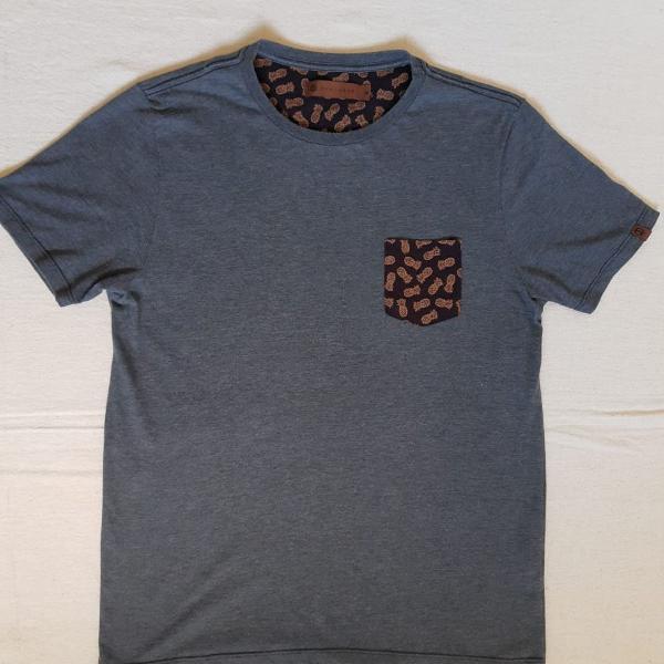 Camiseta cinza com bolso estampado