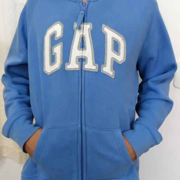 Blusa de moletom gap, azul claro, com capuz.