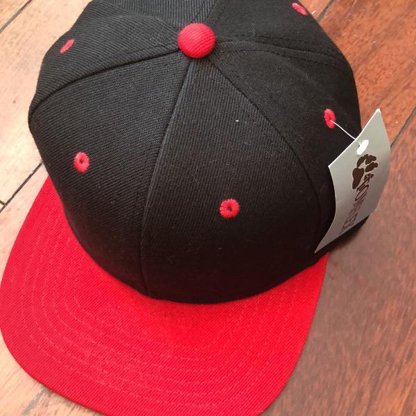 Boné aba reta preto com vermelho