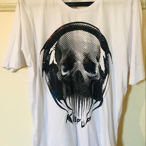 Camiseta com estampa de caveira