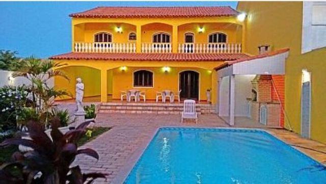 Casa duplex amarela com localização próxima das praias de