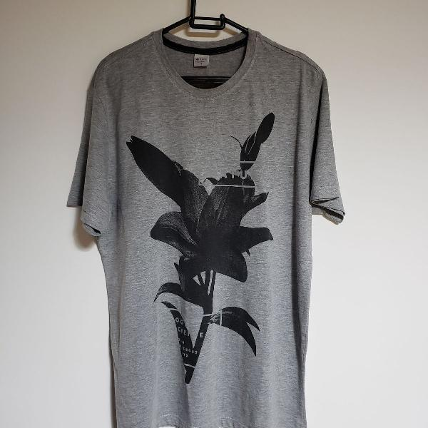 Camiseta cinza com estampa de flor preta