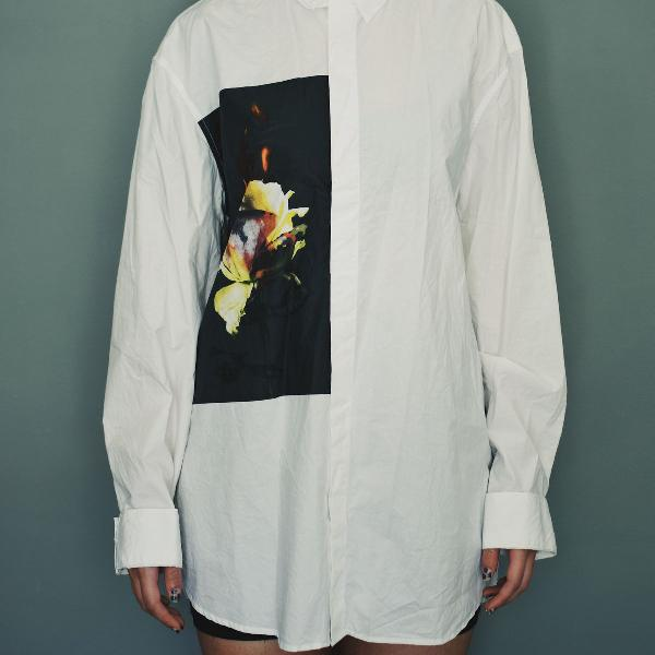 Camisa branca com estampa frontal