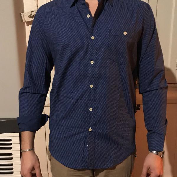 Camisa jean vernier com bolinhas.