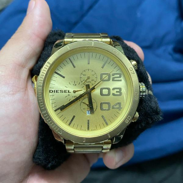 Relógio diesel dourado