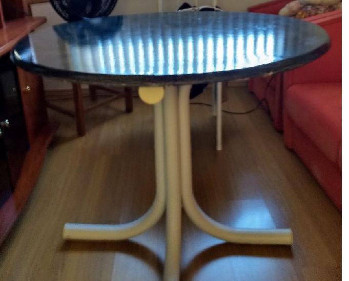 Mesa com quatro cadeiras redonda na cor azul.