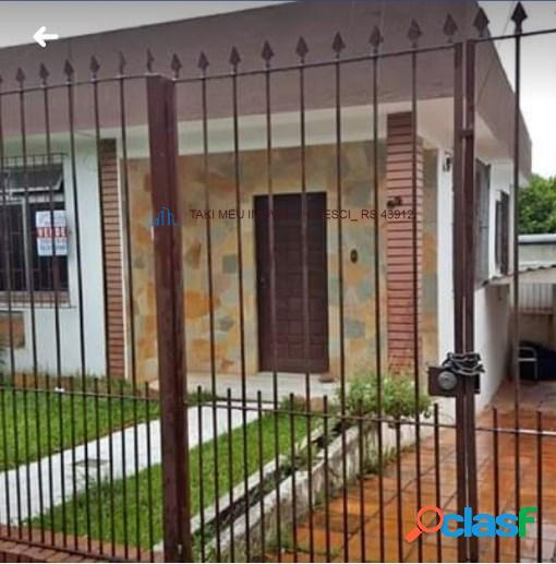 Vendo casa com 3 quartos, 3 banheiros,e um salão fica bem localizado no morro santana