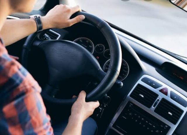 Motorista com veículo