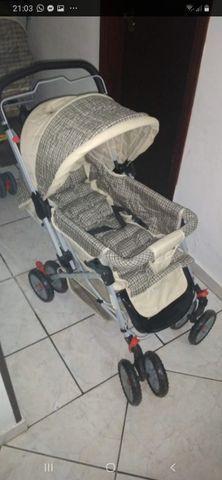 Carrinho de bebê reclinável em bom estado