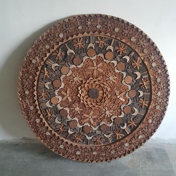Mandala em madeira entalhada e esculpida por artesão.