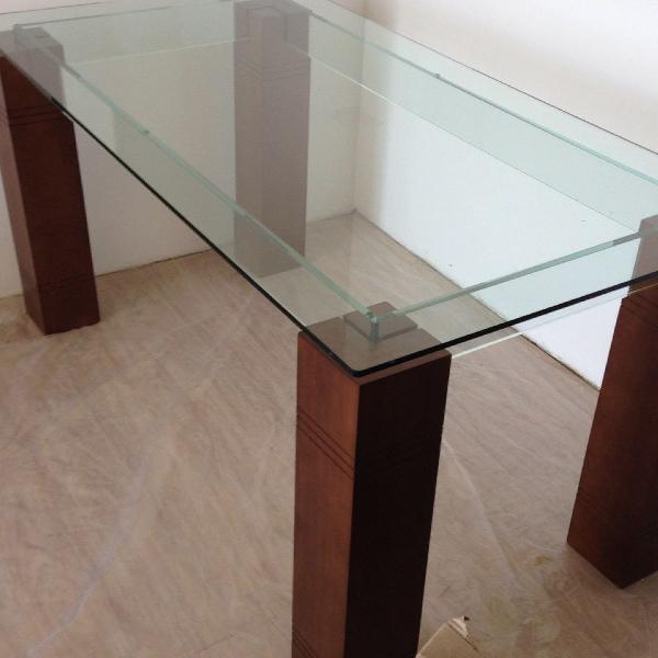 Mesa de vidro com madeira