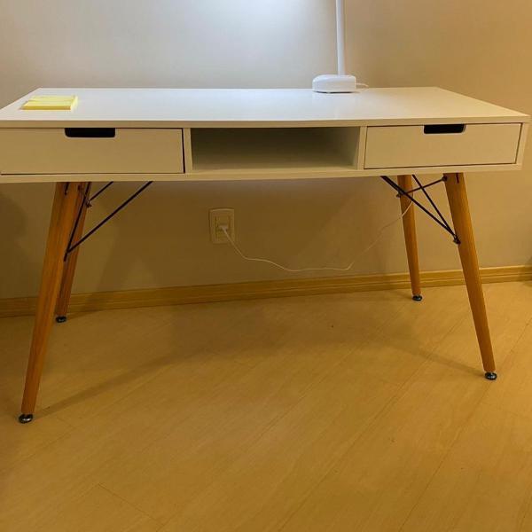Escrivaninha branca com duas gavetas