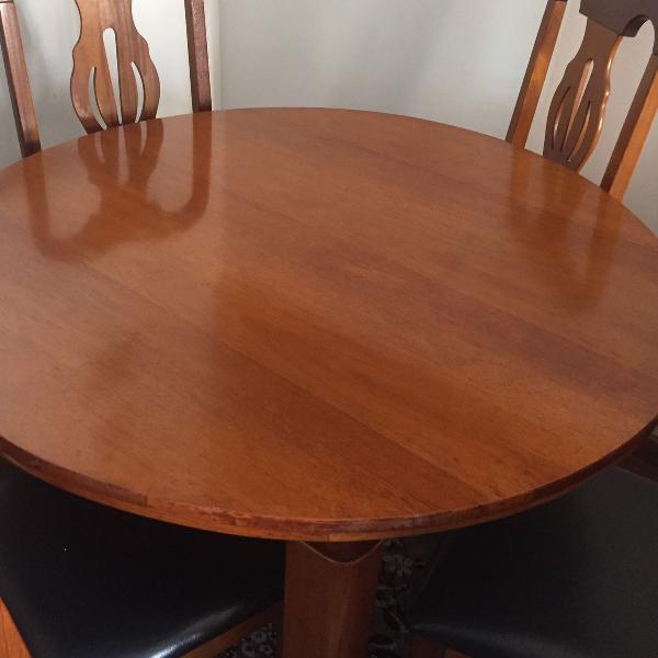 Mesa redonda com quatro cadeiras