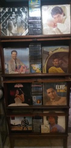 Kit com vinil e cds