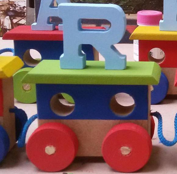 1 vagão com letra colorido