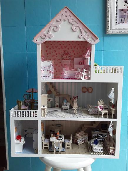 Casa de boneca decorada com móveis