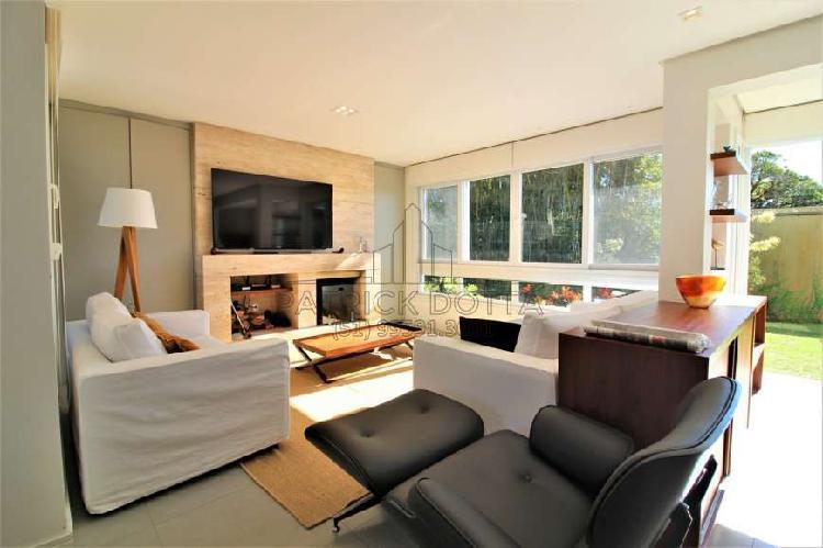 Finamente mobiliada e decorada, quintal e área verde,