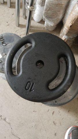 Assessórios e equipamentos pra musculação.