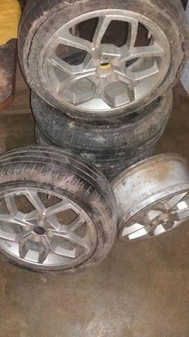 Vendo três aros 17 de alumínio,e quanto pneus.