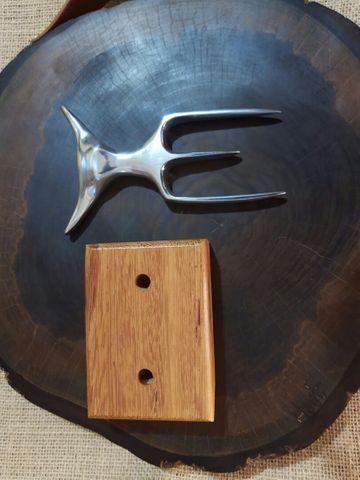 Garfo com linda cabeça de touro e base em madeira