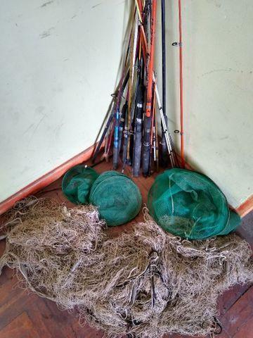 Vários varas de pescar com tarrafa