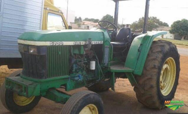Trator John Deere 5700 4x2 ano 02