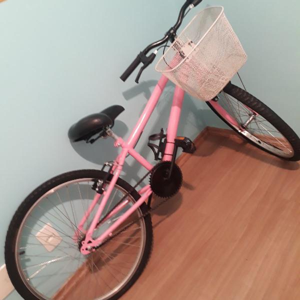 Bicicleta rosa com cesto