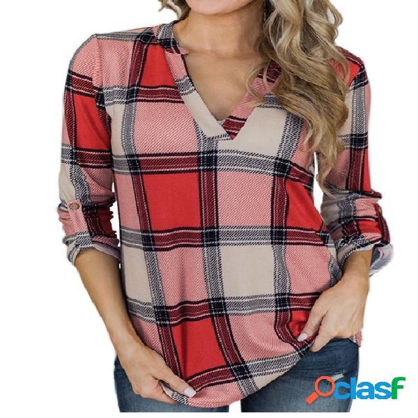 Blusa xadrez vermelha com mangas compridas e decote em v