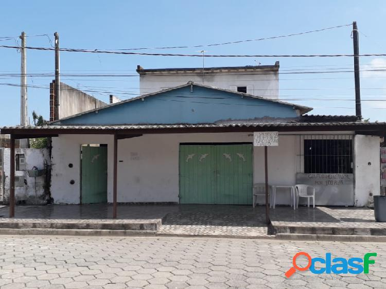 Casa com salão comercial em rua pavimentada em itanhaém