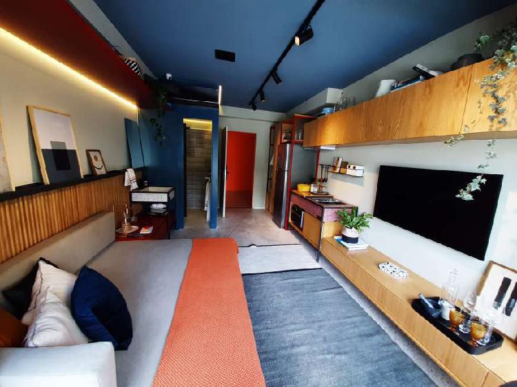 Apartamento com varanda e área de lazer em casa verde -
