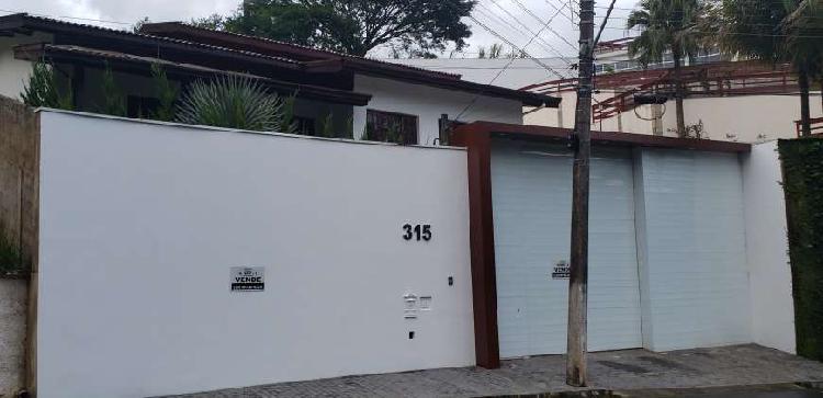 Excelente casa alto padrão / localizada em bairro nobre