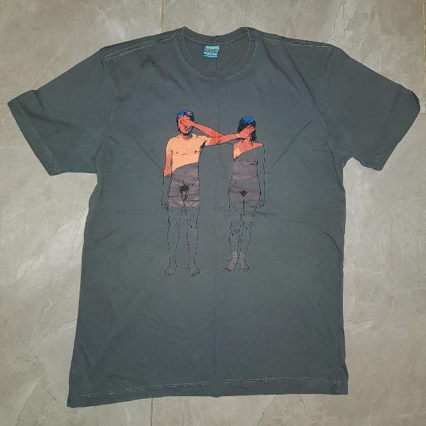 Camiseta cinza escuro, bendita augusta, com estampa de homem