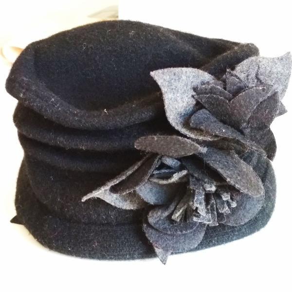 Chapéu preto de lã com flor