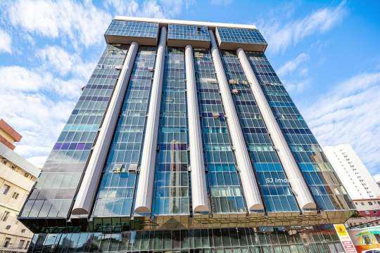 Sala ampla no centro empresarial ébano. localizado em um