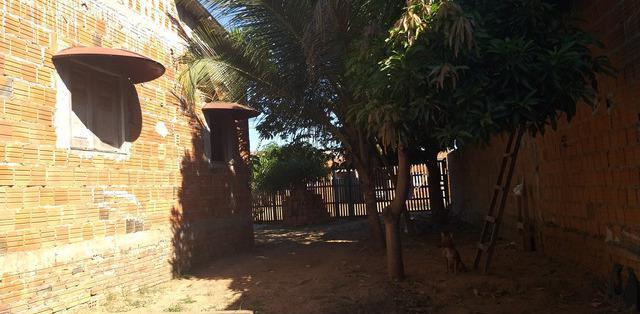 Casa em alvenaria,terreno grande parecendo uma chácara
