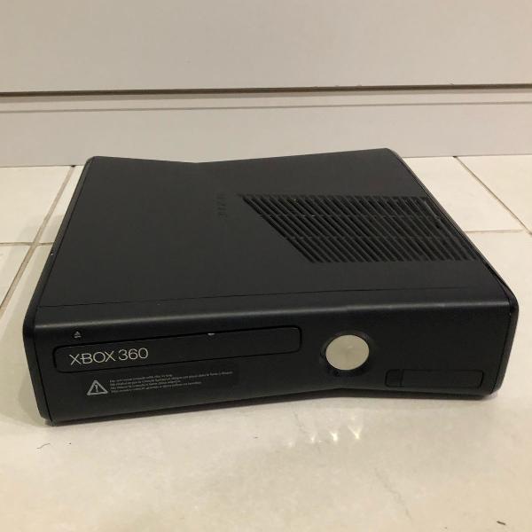 Console xbox 360 com kinect e 98 jogos inclusos