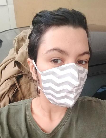 Máscara protetora de tecido elástico atrás da cabeça