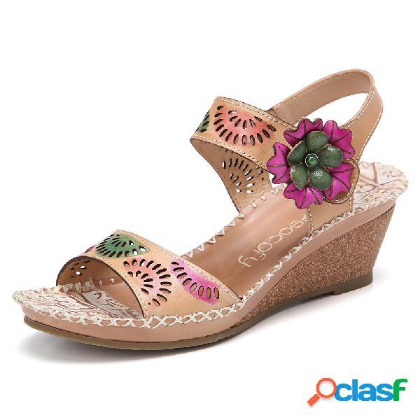 Socofy recorte de couro artesanal com tira no tornozelo frisada costura floral sandálias de cunha de salto médio