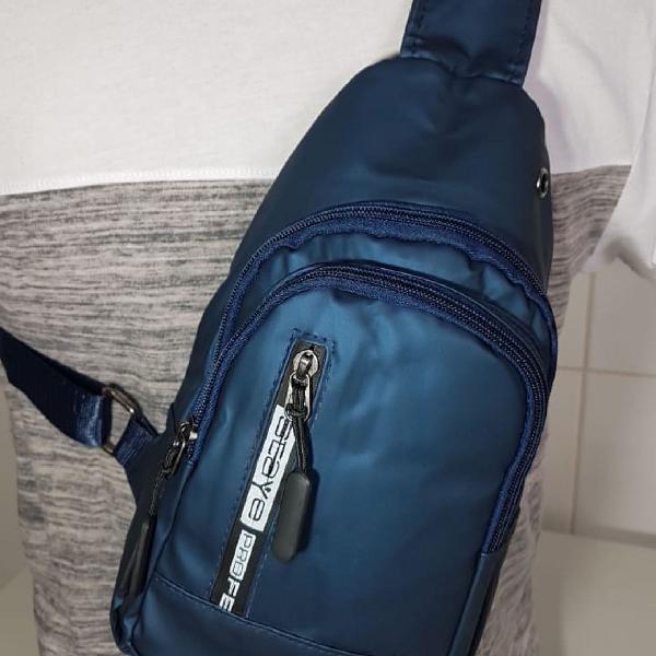 Pochete bolsa transversal com saída para fone na cor azul