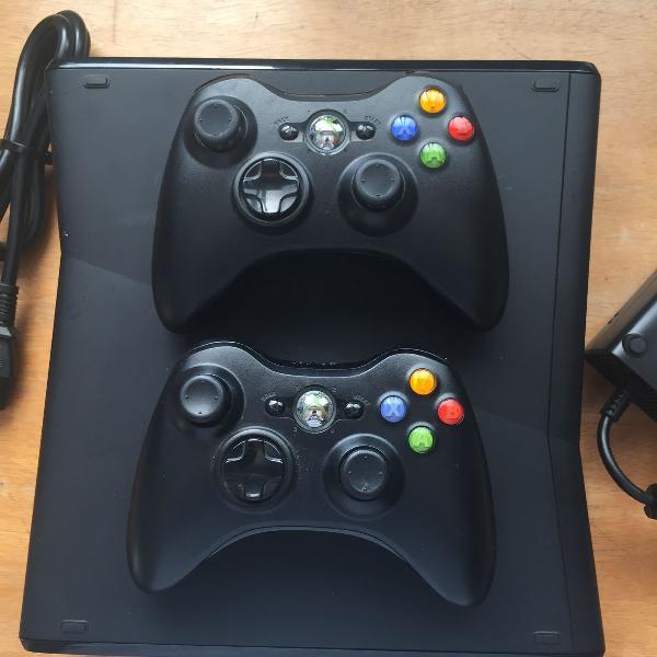 Xbox 360 slim + dois controles originais + 3 jogos originais