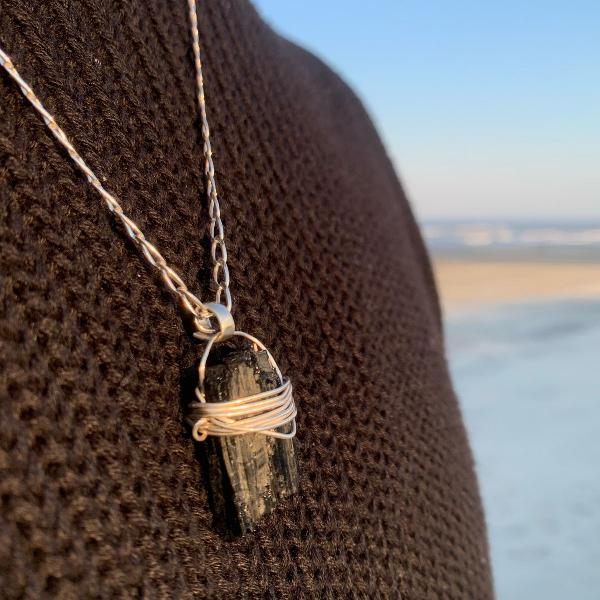 Pingente de prata 950 com pedra turmalina preta