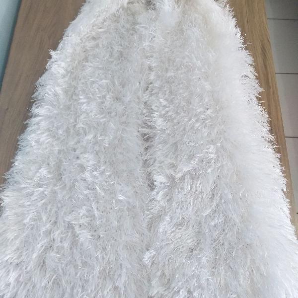Cachecol felpudo branco brilhante . artesanal, feito no