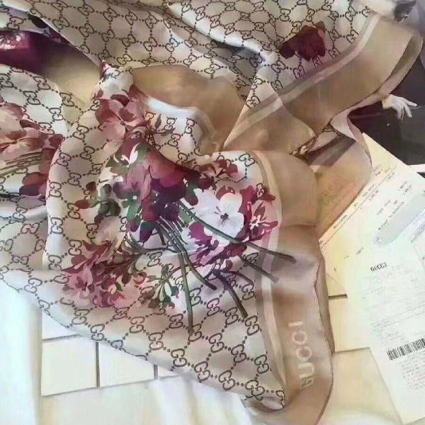 Lenço 100% seda floral bege gucci