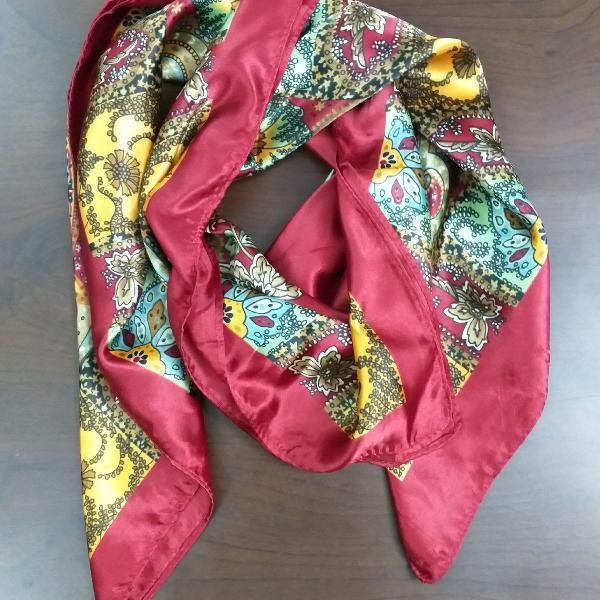 Lenço de seda vermelho e colorido