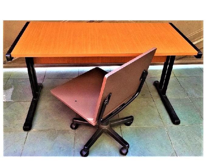 Mesa e cadeira giratória para escritório seminovos