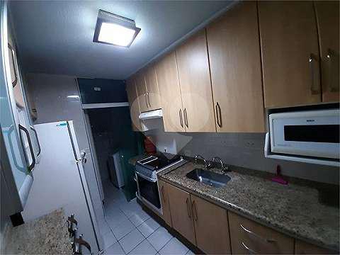 Apartamento com varanda localizado no 8° andar, servido por