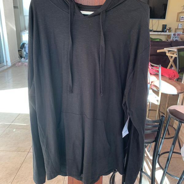 Blusa de manga longa preta com capuz e bolso