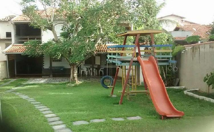 Casa duplex com amplo jardim