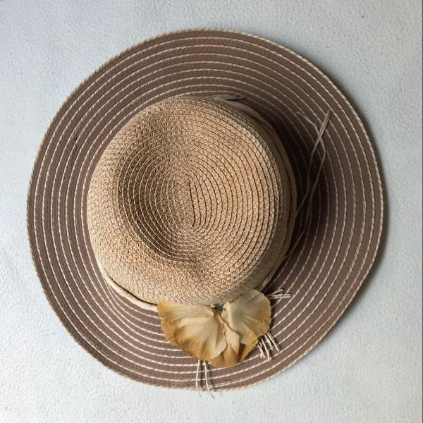 Chapéu com detalhe de flor