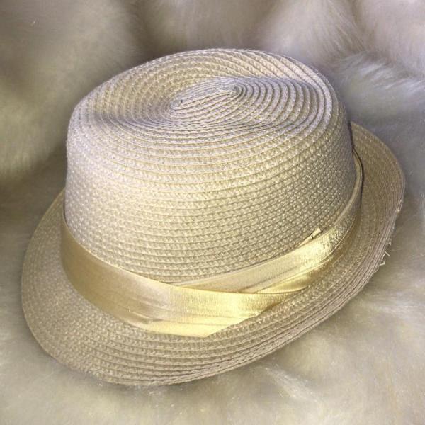 Chapéu de palha com detalhe em cetim